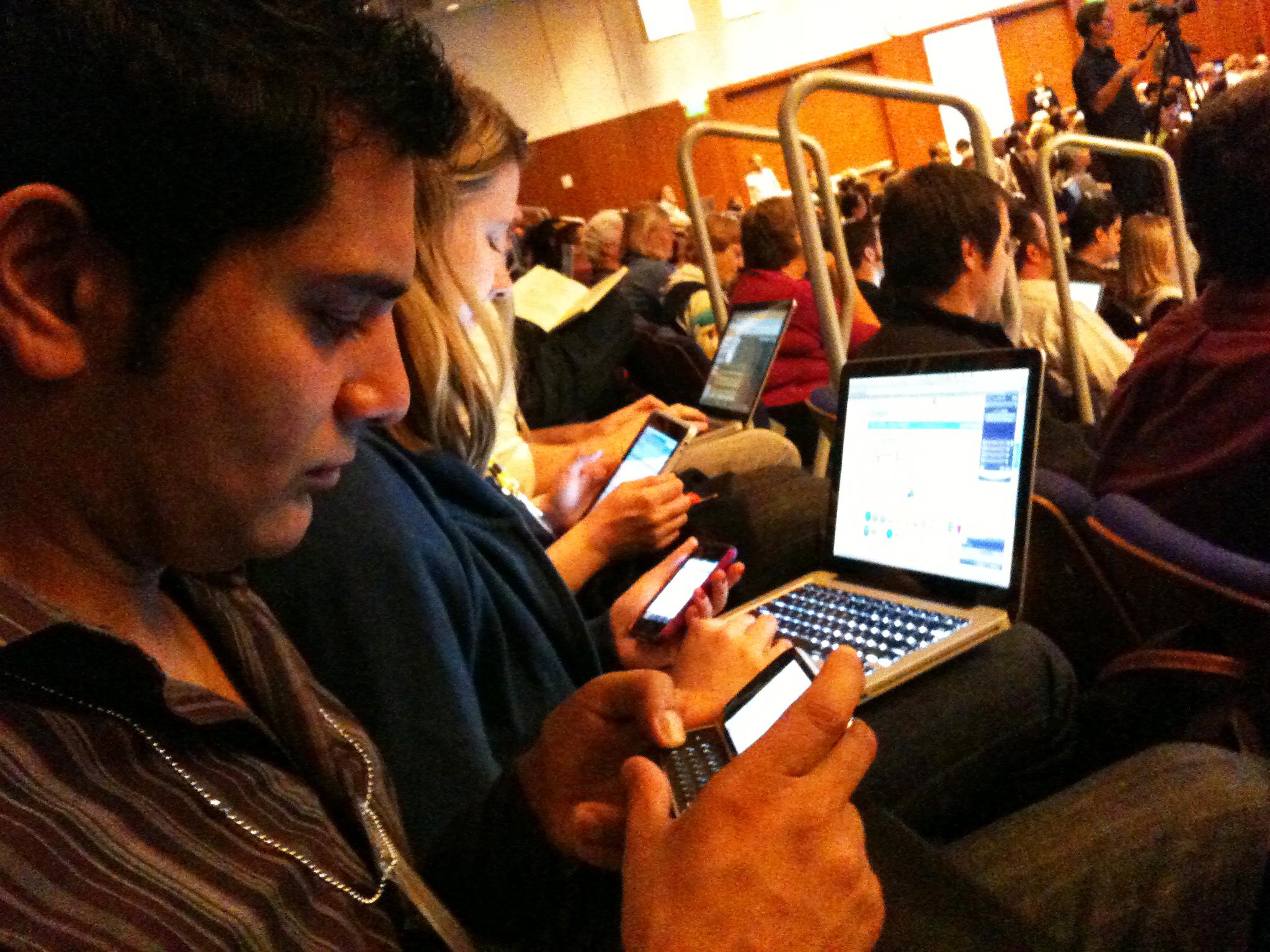 Resultado de imagen para universitarios con celulares